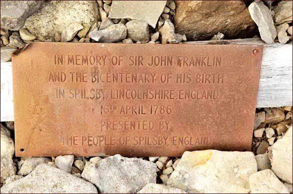 Beechey Island. Pamětní deska osazená k dvoustému výročí narození sira Johna Franklina