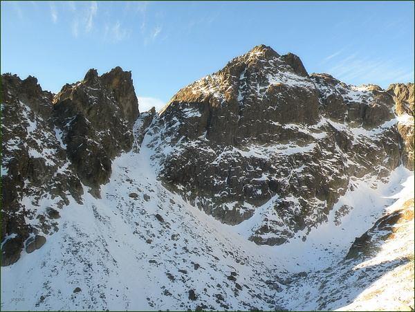 Priečna veža (vlevo), Priečne sedlo a Široká veža nad Dolinkou pod Sedielkom