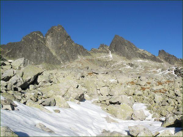 Ostrý štít (vlevo) a Široká veža nad Streleckými poliami