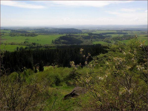 Pohled z Podhorního vrchu k jihozápadu. Uprostřed horizontu Přimda