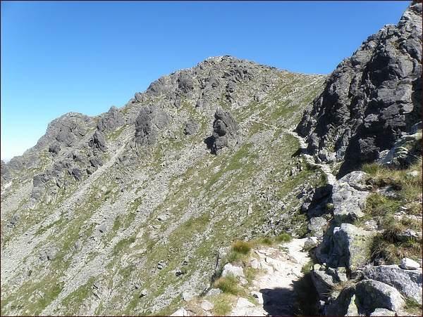 Vrchol Veľkej Svišťovky z Tatranskej magistrály (cestou od Zeleného plesa)