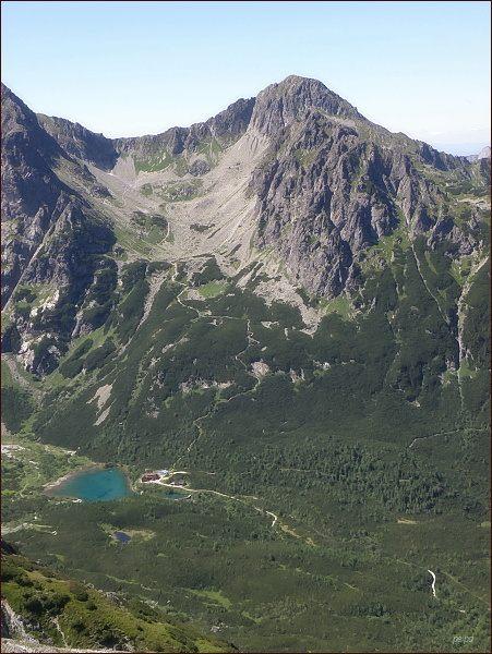 Pohled z Veľkej Svišťovky do Červenej dolinky. VpravoJahňacíštít