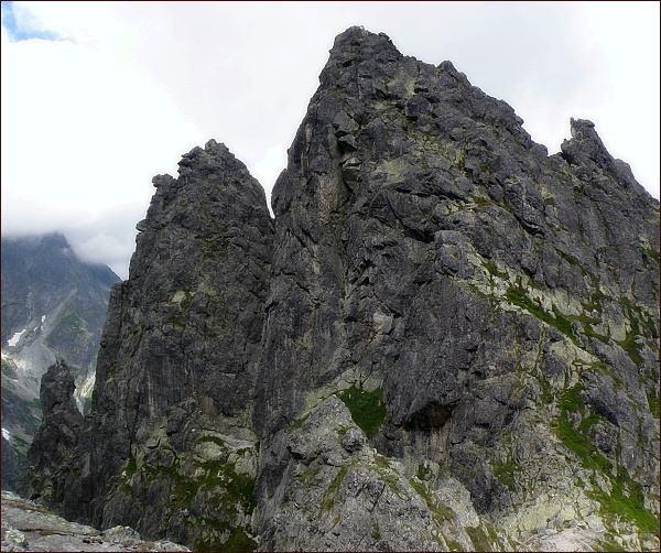 Žabí Mních. Severovýchodní vrchol (uprostřed) a jihozápadní (Żabi Kapucyn). Vlevo Żabia Lalką