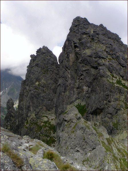 Žabí Mních. Vyšší severovýchodní vrchol, jihozápadní (Żabi Kapucyn). Vlevo Żabia Lalką