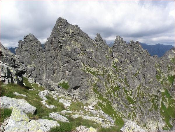 Žabí Mních nad Vyšným Bielovodským sedlom. Uprostřed severovýchodní (hlavní) vrchol, vlevo jihozápadní (Żabi Kapucyn). Vpravo Żabie Zęby