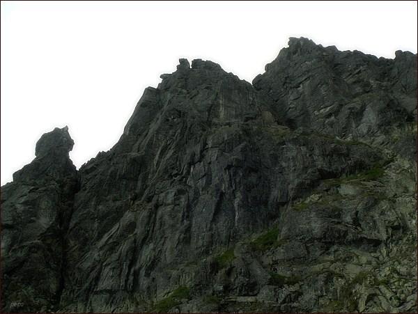 Žabí Mních (vpravo hlavní vrchol), uprostřed jihozápadní vrchol (Żabi Kapucyn). Vlevo Żabia Lalką