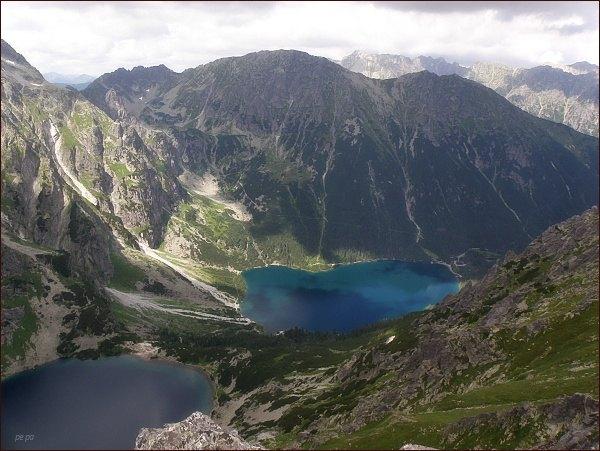 Dolina Rybiego Potoku ze Žabieho Mnícha. Vlevo Czarny Staw, vpravo Morskie Oko. Nad ním vpravo Opalony Wierch, vlevo Miedziane