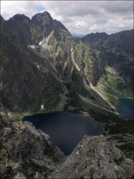 Dolina Rybiego Potoku ze Žabieho Mnícha. Nad Czarnym Stawom Prostredný a Veľký Mengusovský štít. Od nich vpravo v pozadí Hrubý štít