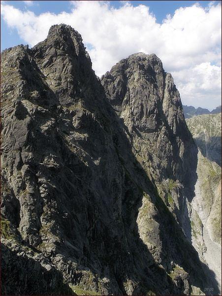 Veľký (vpravo) a Prostredný Mengusovský štít z Mengusovského sedla