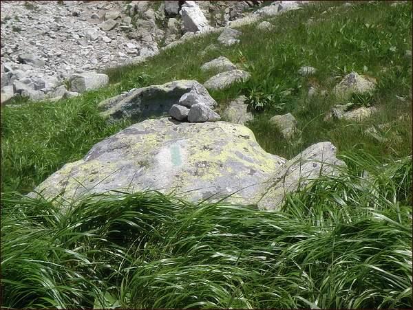 Značení na bývalé turistické cestě do Mengusovského sedla je dosud na mnohých místech viditelné