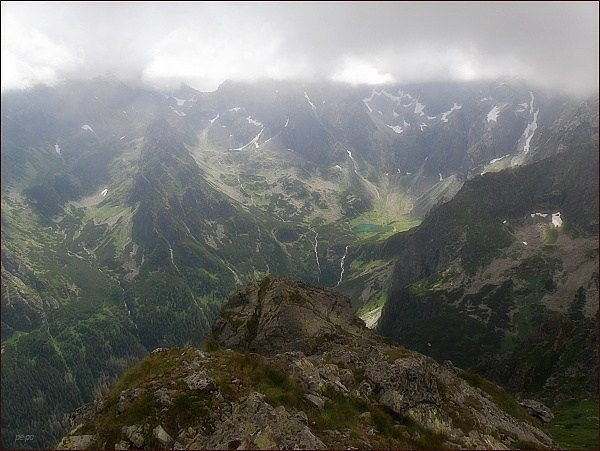 Pohled z Mlynára k jihu. Zleva Svišťová dolina, Zamrznutý kotol a sedlo Poľský hrebeň, Ťažká dolina