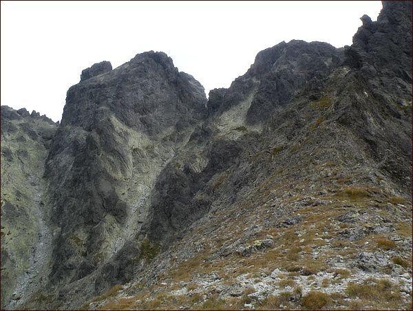 Bradavica nad Granátovou lávkou. Vpravo Rohatá veža