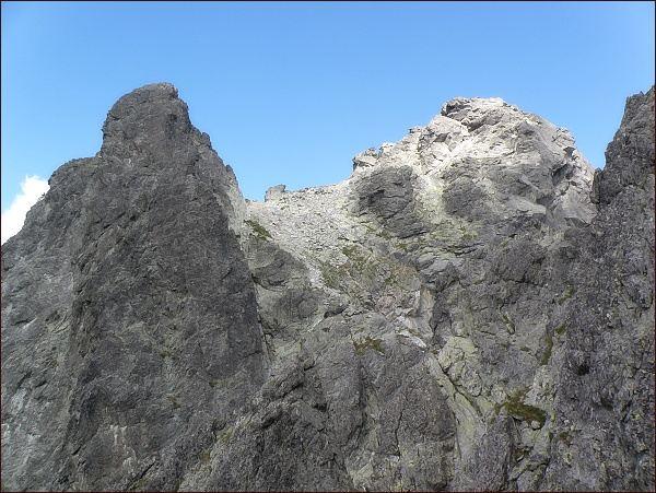 Bradavica od Rohatej veže. Vlevo jihozápadní a vpravo východní vrchol. Uprostřed Sedlo Bradavíc