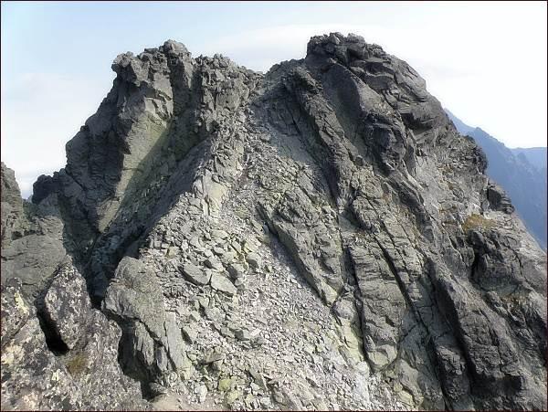 Bradavica. Vlevo severovýchodní (hlavní) vrchol, vpravo východní