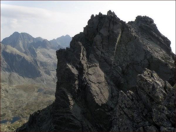Bradavica. Severovýchodní (v popředí) a východní vrchol ze západního vrcholu