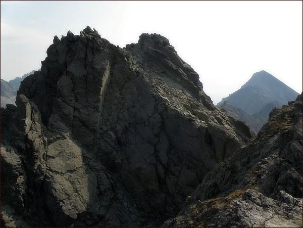 Bradavica. Severovýchodní (blíže) a východní vrchol ze západního vrcholu. V pozadí Slavkovský štít