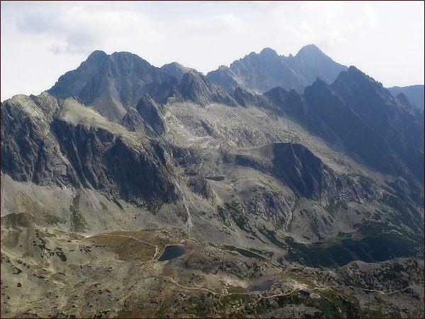 Veľká Studená dolina z Bradavice. Na horizontu vlevo Ľadové štíty, vpravo Pyšné štíty a Lomnický štít. Před ním Prostredný a Malý hrot a Žltá veža