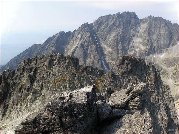 Jihozápadní (vlevo) a západní vrchol Bradavice. Za nimi Gerlachovský štít