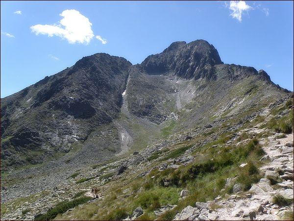 Huncovský štít (vlevo) od Sedla pod Svišťovkou.  Dále vpravo Huncovské sedlo, Kežmarský a Malý Kežmarský štít. V popředí Huncovská kotlina