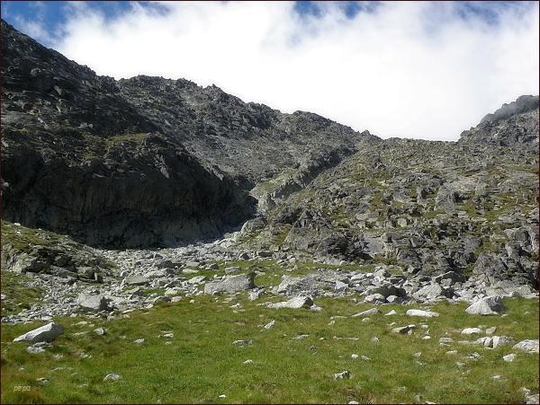 Huncovský štít a Huncovské sedlo nad Huncovskou kotlinou