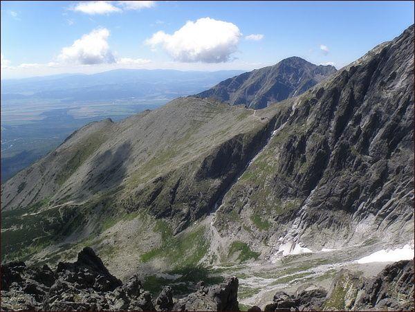 Slavkovský štít z Huncovského štítu. V popředí Lomnické sedlo a Lomnická kopa. V pozadí Nízke Tatry