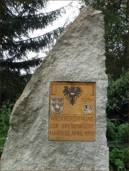 Pamětní tabule ke znovuotevření hraničního mostu v Hardeggu