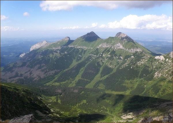 Severní část Belianskych Tatier z Jahňacieho štítu. Zprava Ždiarska vidla, Havran, Nový vrch a Muráň