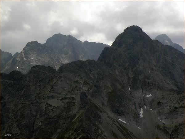 Karbunkulový hrebeň a Belasá veža (v popředí) z Jahňacieho štítu. Vpravo Kolový štít. Na zadním horizontu zleva Čierny štít, Baranie rohy, vpravo Ľadový štít