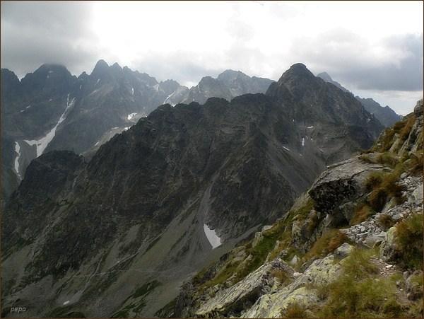 Jastrabia veža a Karbunkulový hrebeň z Jahňacieho štítu. Na zadním horizontu zleva Lomnický štít, Pyšné štíty, Spišský štít, Baranie sedlo a Baranie rohy