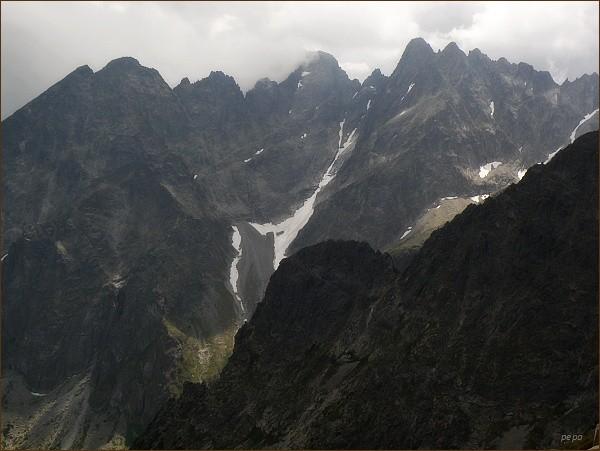 Kežmarské štíty (vlevo), Vidlový hrebeň a Lomnický štít, Pyšné štíty, Spišský štít a Baranie sedlo z Jahňacieho štítu