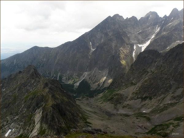 Červená dolina z Jahňacieho štítu. Na horizontu zleva Veľká Svišťovka, Kežmarské štíty, Vidlový hrebeň, Lomnický štít a Pyšný štít