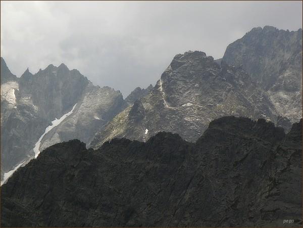 Spišský štít, Baranie sedlo a Baranie rohy z Jahňacieho štítu. Uprostřed snímku Čierny štít. V popředí Karbunkulový hrebeň