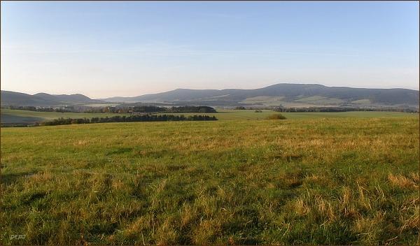 Pohled zpět. Vpravo Suchý vrch, uprostřed Buková hora.  Vlevo Králíky