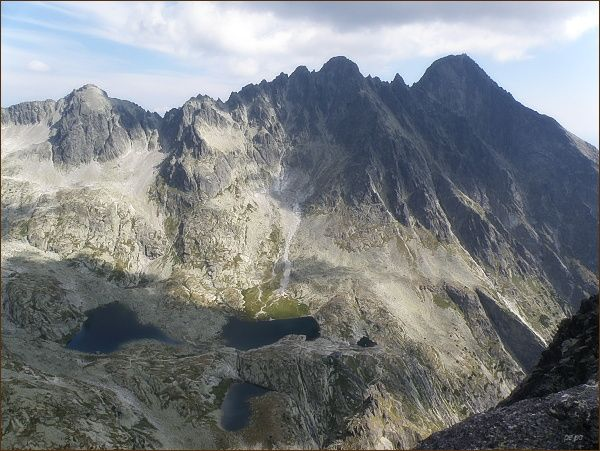 Pohled z Malého hrotu k severovýchodu. Zleva Baranie rohy, Baranie sedlo, Spišský štít, Pyšné štíty a Lomnický štít