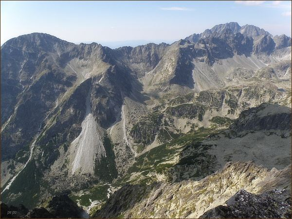 Veľká Studená dolina z Malého hrotu. Vlevo Slavkovský štít, uprostřed Vareškový hrebeň, dále Slavkovské veže a Bradavica. Za ní Gerlachovský štít a Zadný Gerlach