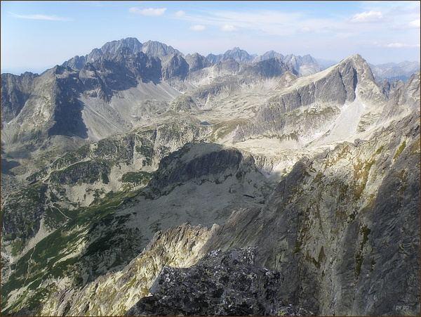 Veľká Studená dolina z Malého hrotu. Vpravo Javorový štít. Na horizontu Gerlachovský štít a Zadný Gerlach, vpravo Koruna Vysokej a Rysy
