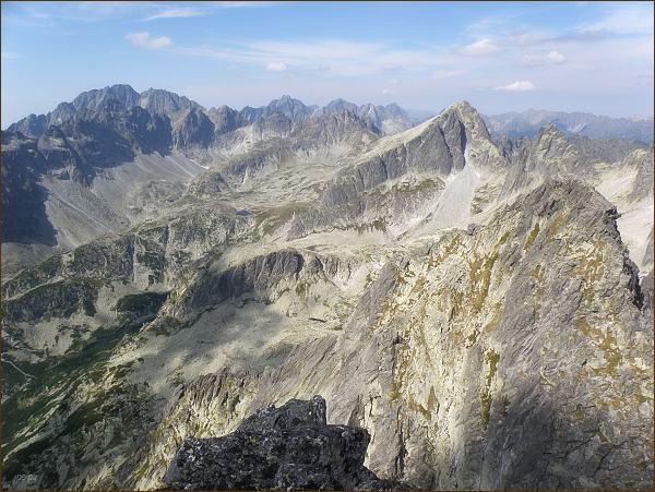 Veľká Studená dolina z Malého hrotu. Vpravo Ostrý štít a Javorový štít. Na horizontu Gerlachovský štít a Zadný Gerlach, vpravo Koruna Vysokej a Rysy. V popředí Žltá veža