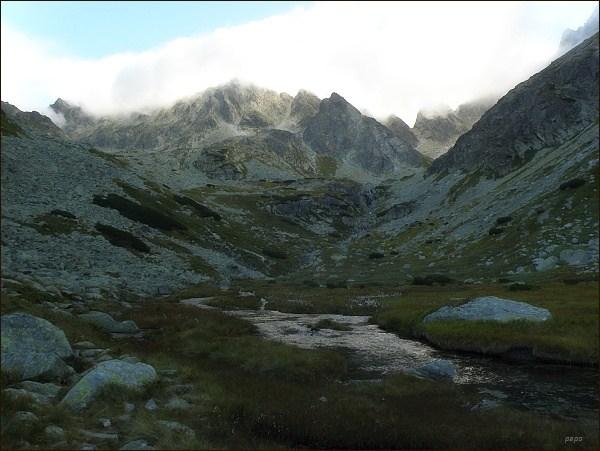 Dolina Zlomísk, nejkrásnější patro doliny. Mlha začíná halit vrcholky štítů.