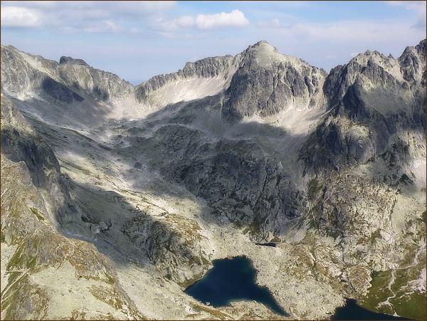 Kotlina Piatich spišských plies z Prostredného hrotu. Zprava Spišský štít, Baranie rohy a Snehový štít