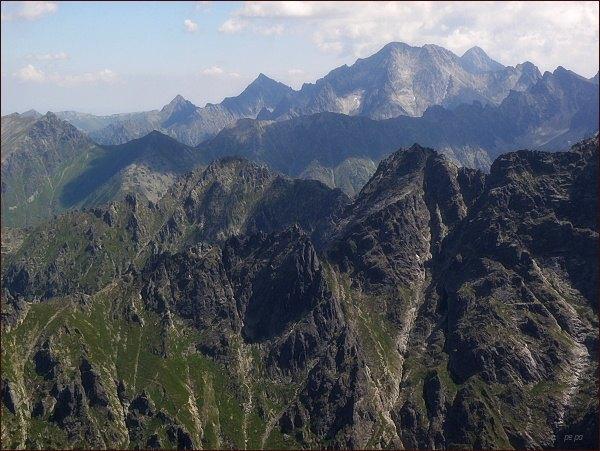 Žabí Mních (v popředí uprostřed), Vyšné Bielovodské sedlo, Veľký Žabí štít  a Spádová kopa z Prostr. Mengusovského štítu