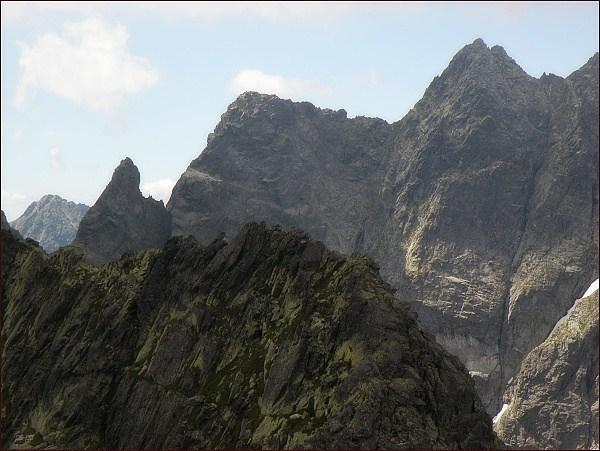 Žabí kôň (vlevo), Žabia veža a Volia veža z Veľkého Žabieho štítu. V popředí Spádová kopa