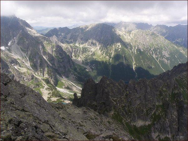 Sedlo Szpiglasowa Przełęcz, Miedziane a Opalony Wierch (na předposledním horizontu) z V. Žabieho štítu