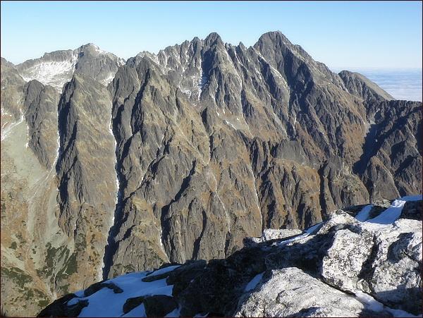Pohled ze Slavkovského štítu na Prostredný hrebeň. V popředí výrazný žlab spadající ze Sedla za Prostredným, oddělující masív Prostredného hrotu (vpravo) od Žltej veže (vlevo)