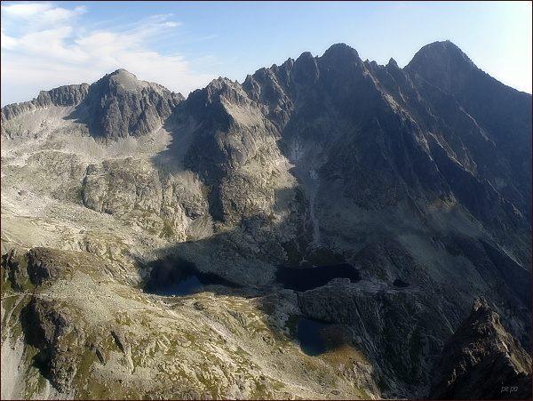 Malá Studená dolina ze Žltej veže. Zprava Lomnický štít, Pyšné štíty, Spišský štít  a Baranie rohy
