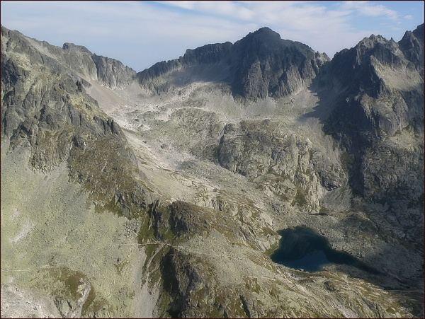 Malá Studená dolina ze Žltej veže. Vlevo Snehový štít , dále Ľadové sedlo, Baranie rohy, Baranie sedlo a Spišský štít