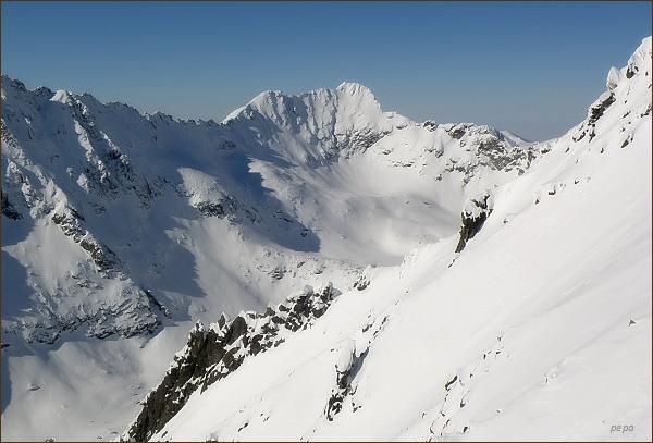 Furkotský štít a Hrubý vrch zpod Sedla nad Červeným žlabom (Furkotský štít vlevo)