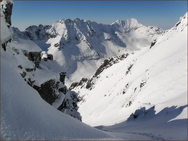 Furkotský štít a Hrubý vrch ze Sedla nad Červeným žlabom (vpravo na horizontu, Furkotský štít vlevo)