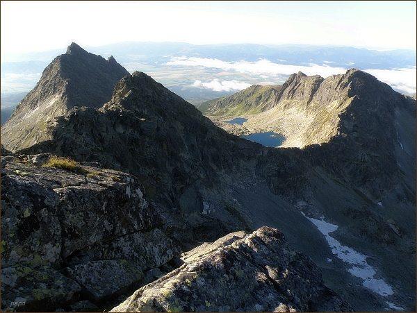 Furkotský štít (v popředí) z Hrubého vrchu. Vlevo Veľké Solisko, vpravo Krátka
