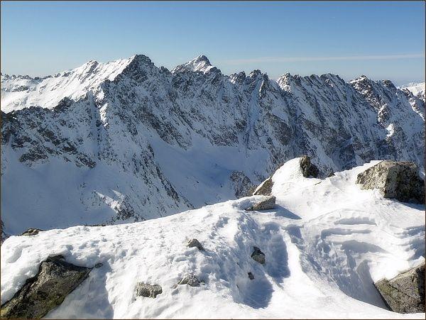 Furkotský štít (vlevo) z Kôprovského štítu. Vpravo Hrubý vrch, za ním Kriváň