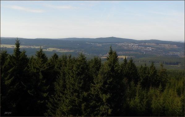 Auersberg a Johann-Georgenstadt z rozhledny na Blatenském vrchu